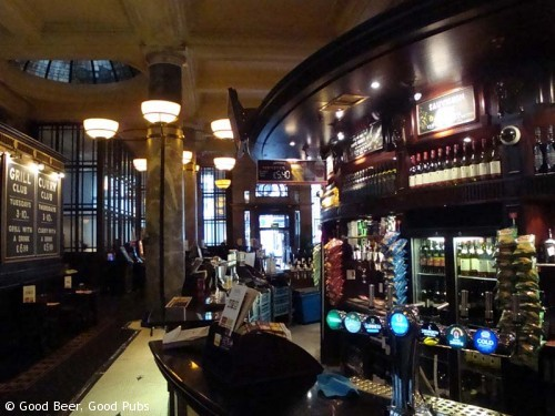 The Crosse Keys, Monument - one side of the bar looking towards the front